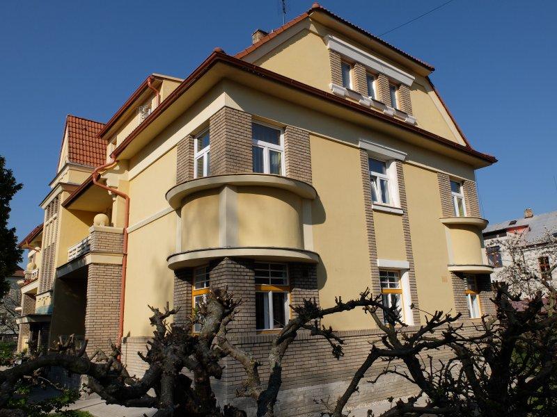 Apartmán ve žlutým domě
